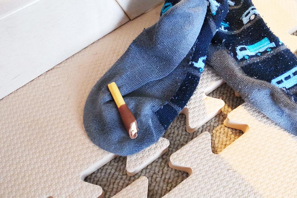 脱ぎたての靴下に落ちた『 グリコのポッキー 贅沢仕立て 』